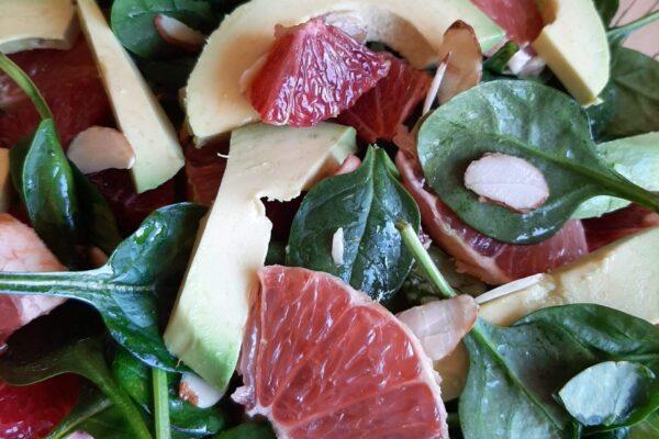 Insalata di avocado, agrumi e spinaci