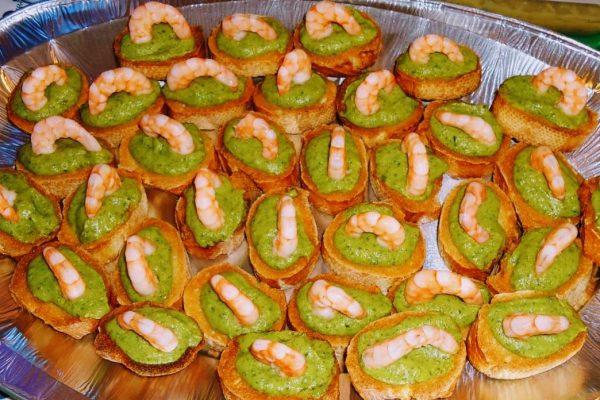 crostini con crema di zucchine e gamberetti